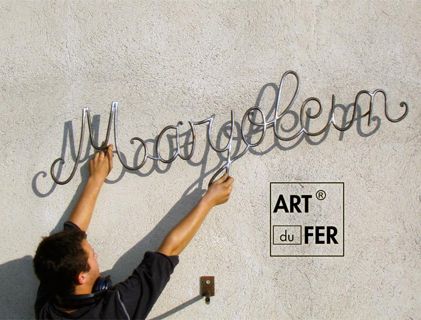 atelier-ecriture-entree-maison-forme-police-ferronnerie-cucchietti-site-art-du-fer